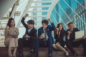 groupe de jeunes gens d'affaires souriant et regardant la caméra avec le concept de réussite.
