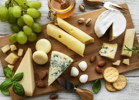 vue de dessus de plateau de fromages photo