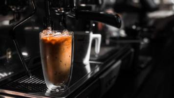 gros plan, verre, de, café glacé, à, lait, table