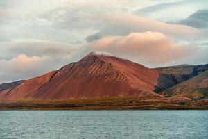 Sommet de montagne érodé en Islande dans la lumière du soleil du soir photo