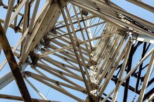 Fragment de la structure d'une tour d'une ligne à haute tension photo