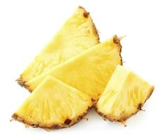 Tas de tranches d'ananas isolé sur fond blanc photo