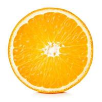 Vue rapprochée de la moitié d'une orange mûre isolé sur fond blanc photo
