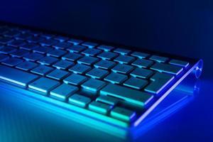 clavier en aluminium éclairé en bleu et turquoise photo