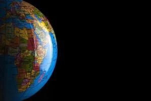modèle de globe sur fond noir avec espace copie gratuit. photo