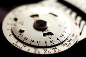 posemètre photographique analogique vintage avec cadrans rotatifs.