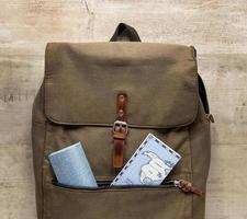arrangement avec cartes et sac à dos photo
