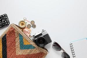 arrangement avec les articles de voyage et l'espace de copie photo