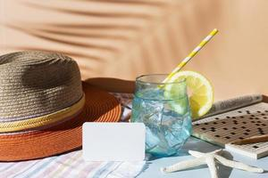 boisson d'été et chapeau fedora photo