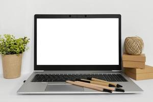 maquette arrangement d'ordinateur portable sur fond blanc photo