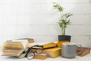 arrangement avec des livres et une tasse photo
