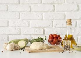 arrangement de pâte à pizza savoureuse photo