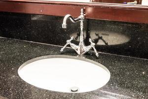 robinet lavabo dans la salle de bain photo