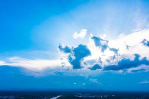 beau coucher de soleil avec des nuages sur le ciel photo