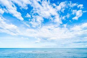 nuage blanc sur le ciel bleu et la mer photo