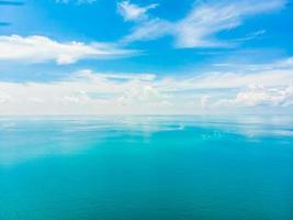 Vue aérienne du beau nuage blanc sur ciel bleu avec mer et océan photo
