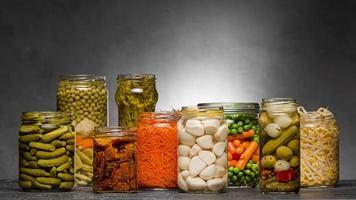 Vue avant assortiment de légumes marinés dans des bocaux en verre photo