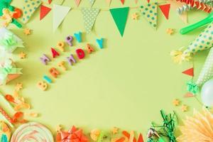 texte de joyeux anniversaire avec accessoires sur fond vert photo