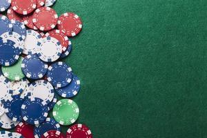 Vue grand angle de jetons de poker sur table verte photo