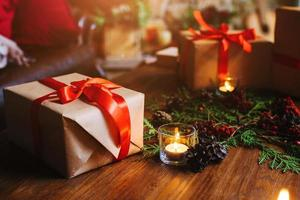 cadeau marron avec bougie allumée photo