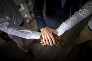 travail d & # 39; équipe d & # 39; affaires joignant les mains photo