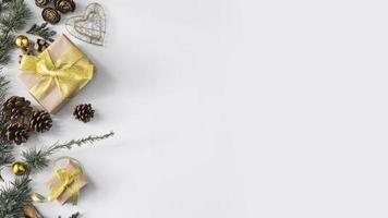 composition de noël de coffrets cadeaux avec des cônes photo