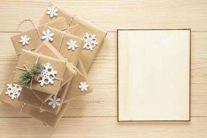 cadre de Noël maquette à côté de cadeaux photo