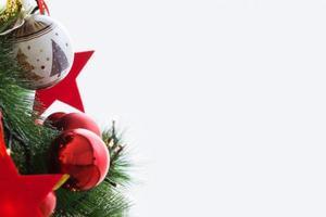 arbre de noël avec fond de bordure de boules de noël photo