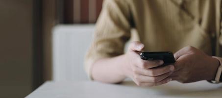 femme tenant un téléphone avec espace copie photo