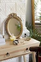 arrangement avec miroir et parfum sur table en bois photo