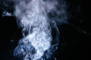 vagues de fumée sur fond noir photo
