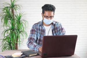 homme d & # 39; affaires portant un masque de protection photo