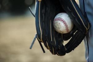 balle de baseball tenue dans un gant photo