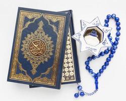 concept de nouvel an islamique close-up avec livre de coran photo