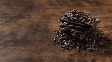 Vue rapprochée de délicieux chocolat sur table en bois photo