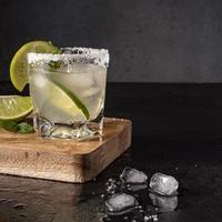 délicieuse boisson avec de la chaux et de la glace photo