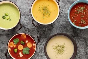 Assortiment de soupes maison à plat photo