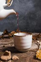 Vue de face du thé versé dans une tasse photo