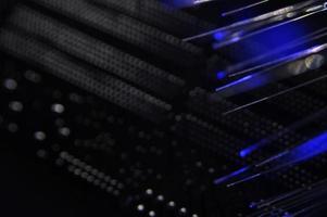commutateur réseau noir avec câbles à fibre optique photo