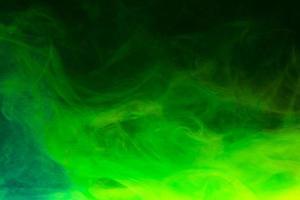 fumée verte sur fond noir photo