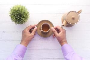 verser le thé d'en haut photo