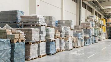 disposition des boîtes dans l'entrepôt d'emballage photo