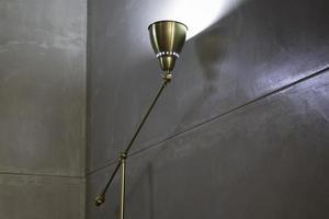 Intérieur d'appartement contemporain avec mur gris photo