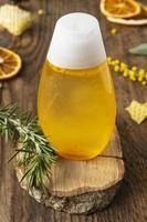 bouteille avec ingrédient de jus d & # 39; orange frais photo