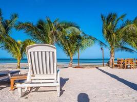 parasol et chaise sur la plage et la mer océan avec ciel bleu photo