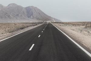 route ouverte avec des montagnes au loin photo