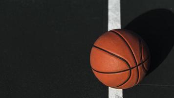 basket-ball en gros plan sur le court photo
