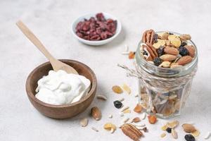 petit-déjeuner en gros plan avec du yaourt et des noix photo
