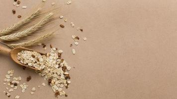 Mélange de céréales gros plan sur fond neutre photo