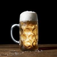 Close-up savoureuse bière oktoberfest sur table photo
